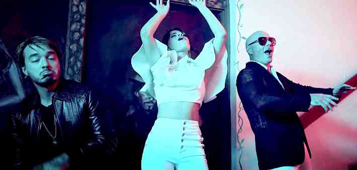 Camila Cabello, Pitbull'un klibinde.