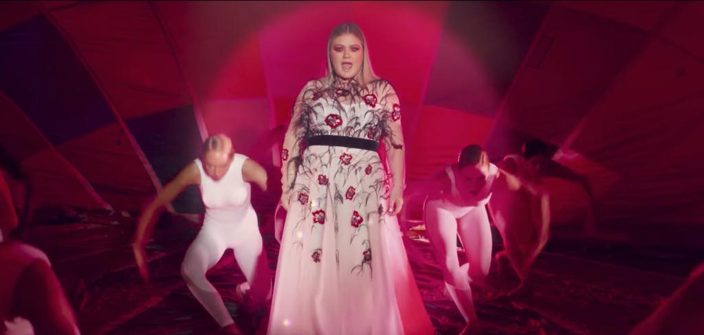 Kelly Clarkson – Love So Soft