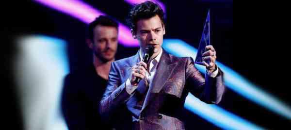 Harry Styles En İyi Sanatçı Ödülünü Kazandı.