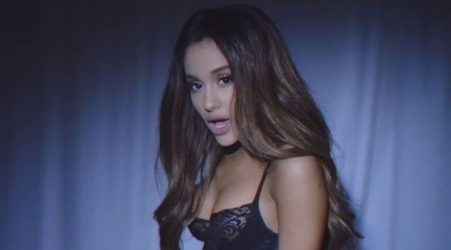 Ariana Grande yeni klibi ile olay yarattı.