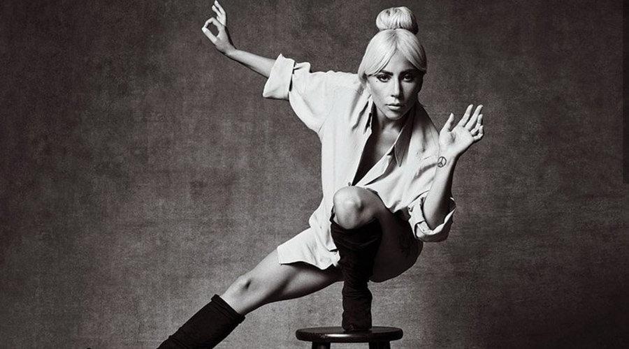 Lady Gaga pozlarıyla konuşuluyor.