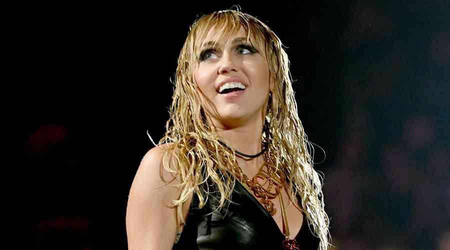 Miley Cyrus'un yeni tarzı hayranlarının hoşuna gitmedi.