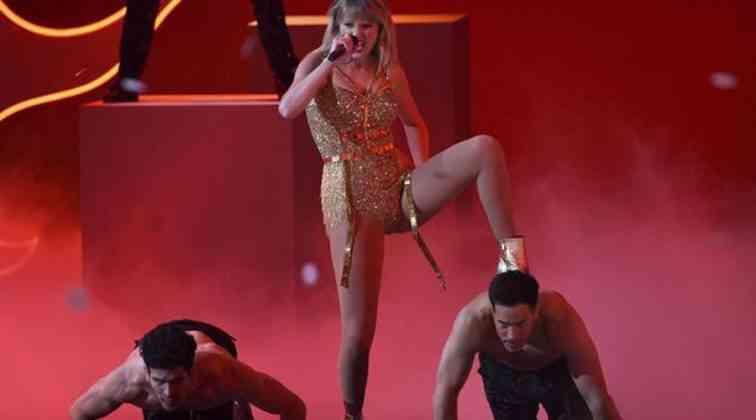 Taylor Swift Müzik Ödülleri gecesinde rekor kırdı.
